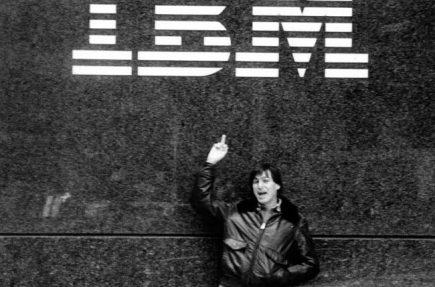 Steve Jobs haciéndole un corto de mangas a IBM