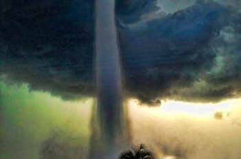 Espeluznante manga de agua en la Bahía de Tampa