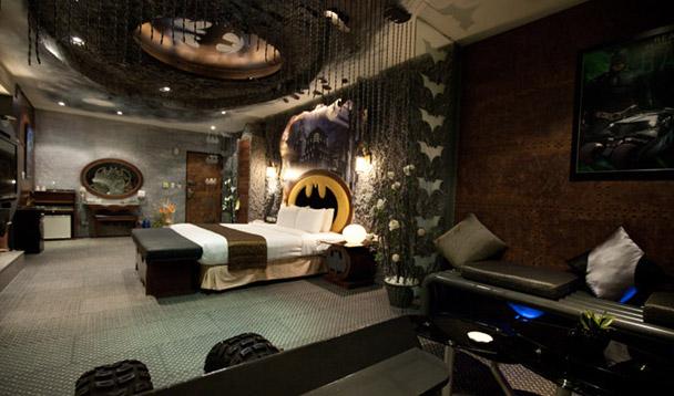 Habitación de hotel decorada al estilo Batman