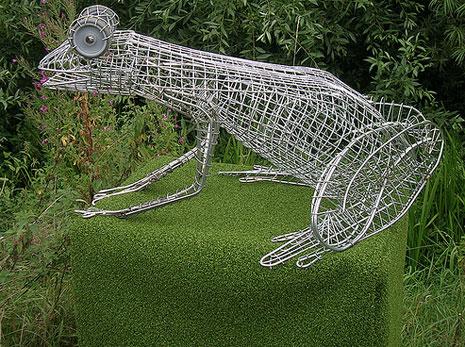 Escultura realizada con carros de la compra