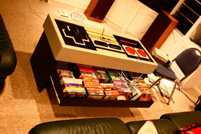 Mando gigante de NES y mesa al mismo tiempo