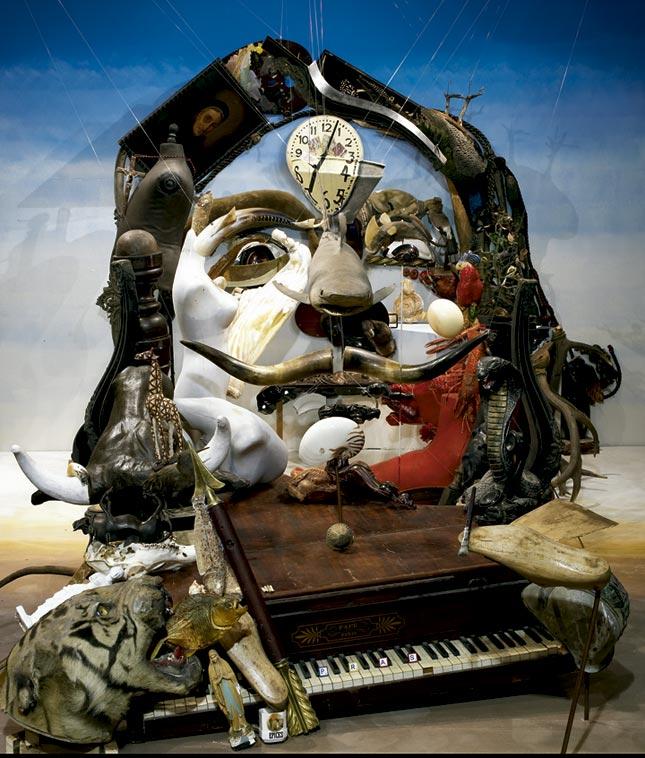 Habitación llena de objetos adopta la forma de la cara de Salvador Dalí