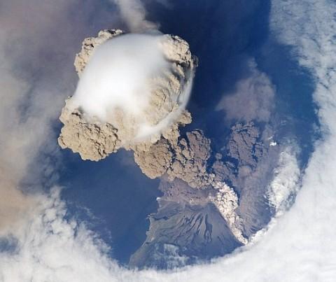 Resultado de imagen de La estación pasa por encima de la isla rusa y capta la erupción volcánica