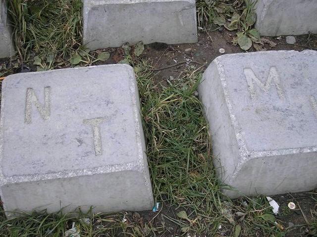 Teclado gigante hecho de bloques de cemento