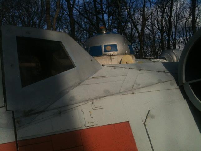 Un X-Wing gigantesco en el patio de su casa