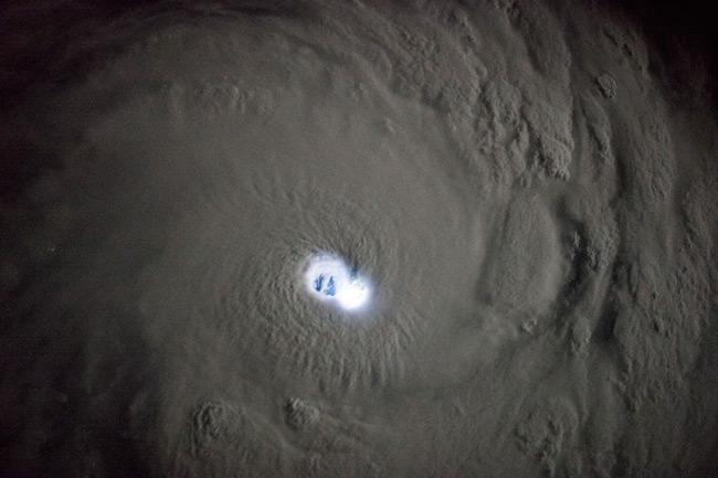 El ojo de un ciclón tropical iluminado por relámpagos