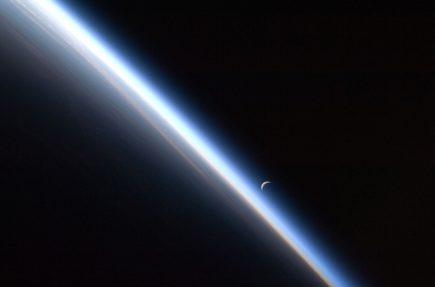 La Luna sobre el horizonte de la Tierra