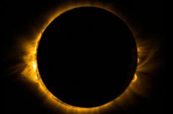 Espectacular imagen del eclipse solar de hoy tomada desde el espacio