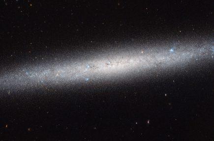 El Hubble nos proporciona esta hermosa vista lateral de la galaxia NGC 5023